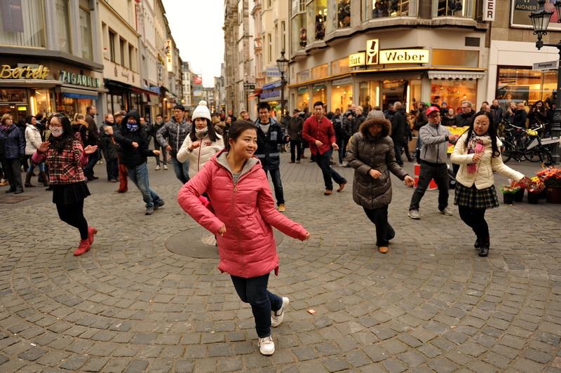 Chinesischer Tanz auf dem Bonner Marktplatz