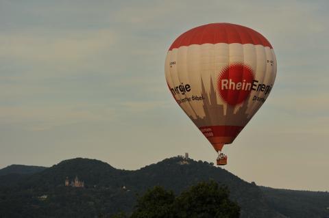 Heißluftballon vor dem Siebengebirge