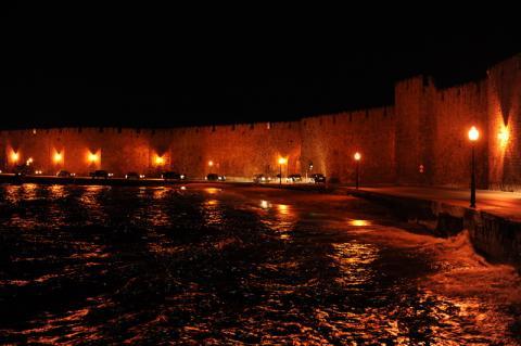 Stadtmauer der Altstadt (f2.8, 1/30s, ISO1600)